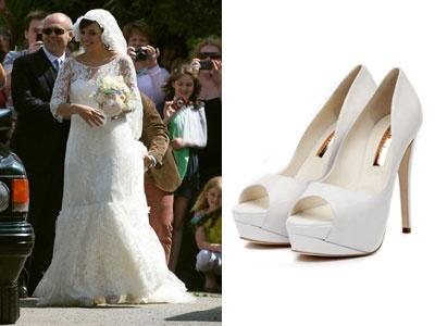 Contrairement à Kate Middleton, la chanteuse Lily Allen a très rapidement  dévoilé que le créateur Karl Lagerfeld confectionnait sa robe de mariée.